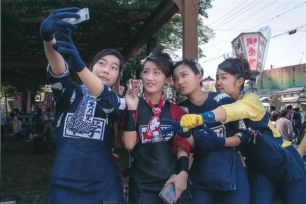「祭り日の中学生」  藤田 寛司