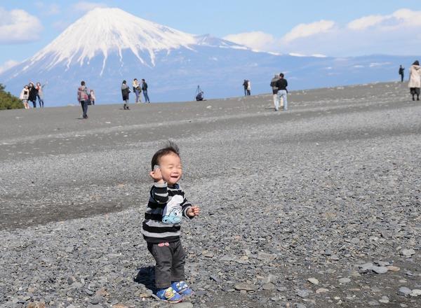 「石を耳に当てる子供」  前田 光郎