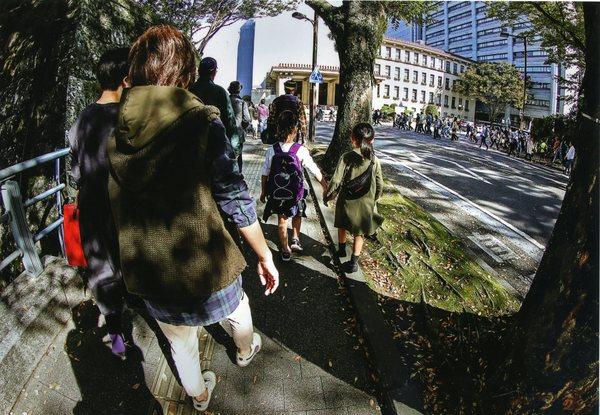 「大道芸見物」  中村勝利