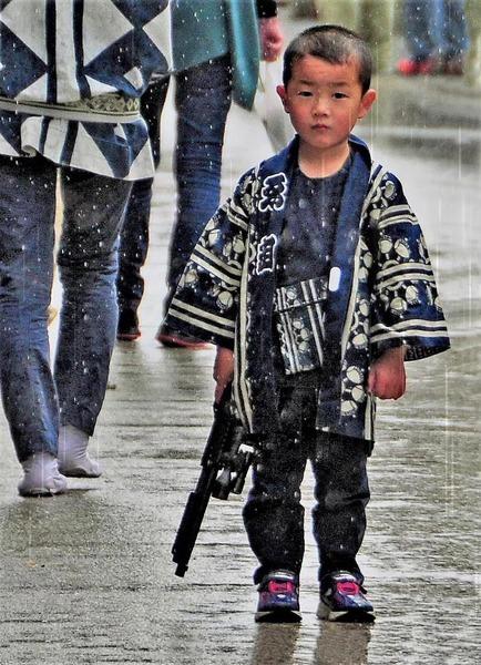 「雨の中の少年」  大石 薫