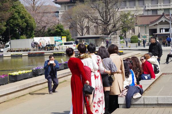 「並んではいポーズ」  石田 信昭