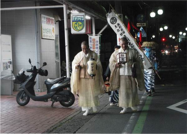 「お盆の町」 浅井勝雄 (カラー3枚組作品の1枚)
