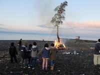 <静岡の今> 「浜のどんと焼き」  神尾 一